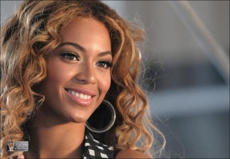 Beyoncé bares her baby bump