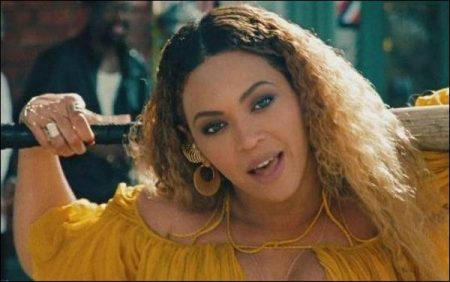 Beyoncé beats Prince to top of the album charts with Lemonade